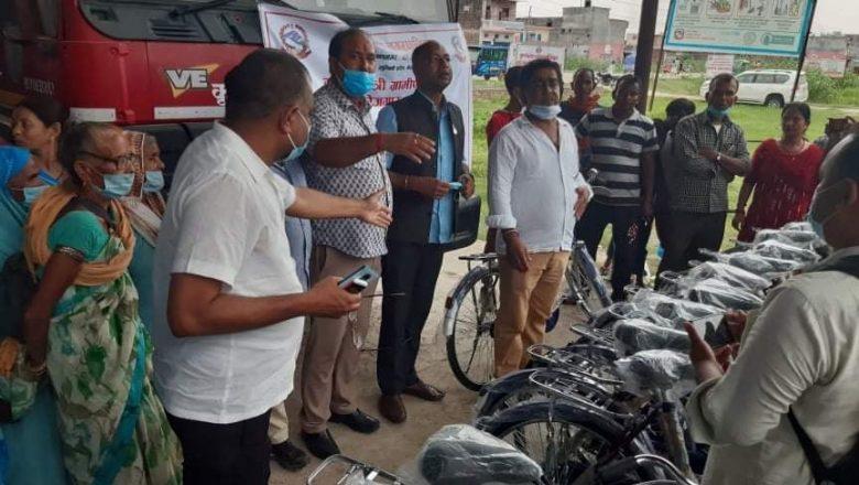कृष्णनगर नगरपालिकाका स्वास्थ्य स्वयंसेविकालाई साइकल वितरण