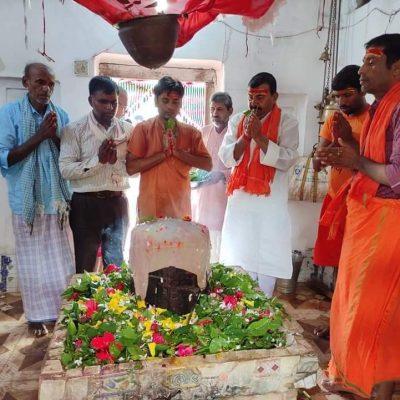 पूर्व मंत्री मिश्रद्वारा प्राचीन प्रगटेश्वर महादेव मंदिरमा रूद्राभिषेक